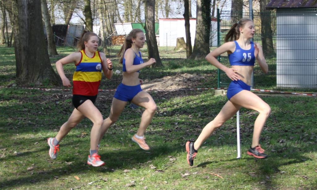 Zdjęcie z 80 Masowych Biegach Przełajowych, które rozegrane zostały 9 kwietnia 2016 roku w Gryfinie. Do mety zostało około 200m. Nasza zawodniczka Julia Sanecka wygrała ten bieg - 1km - z wynikiem około 3.16'/km