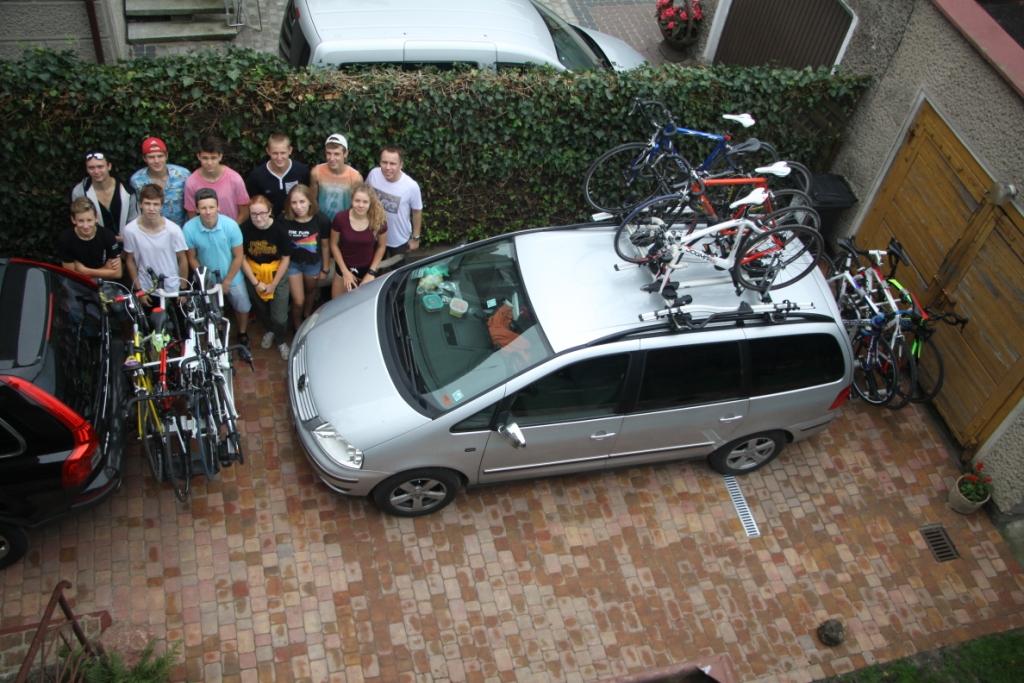 13 osób, 11 rowerów, dwa samochody