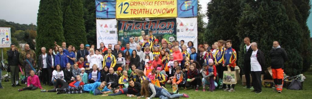 Wspólne zdjęcie uczestników 12 Gryfińskiego Festiwalu Triathlonowego, po ceremonii dekoracji