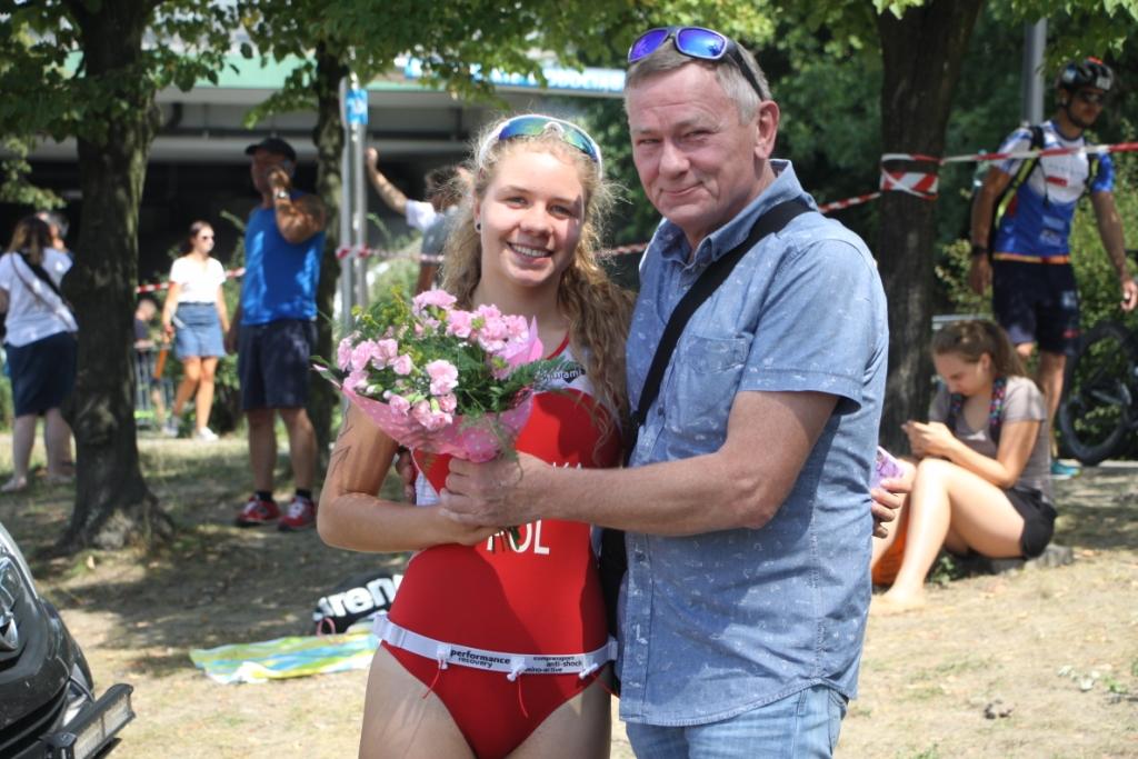 Julia Sanecka otrzymuje kwiaty od wujka Stanisława
