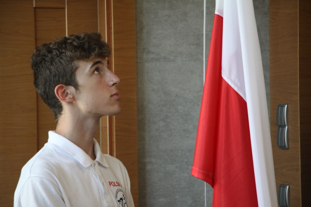 Mateusz Janaszkiewicz wciąga flagę narodową