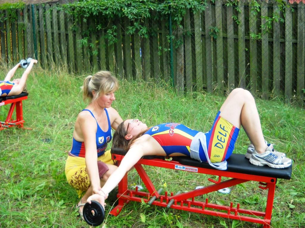 Ola Urbanek wykonuje ćwiczenia siłowe przed treningiem pływackim, który realizowany będzie w jeziorze.
